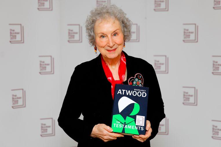 Margaret Atwood met haar boek The Testaments. Beeld AFP