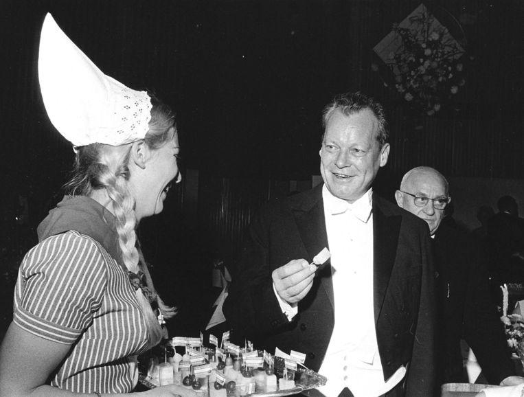 Frau Antjes met minister Willy Brandt, in 1967. Beeld ANP