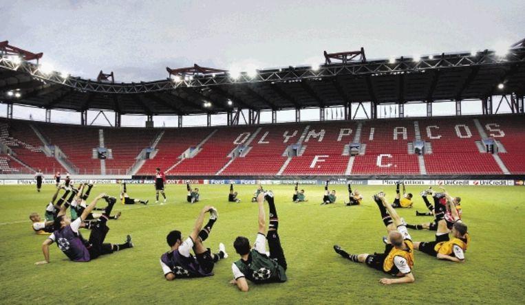 De selectie van AZ traint daags voor zijn debuut in de Champions League in het stadion van tegenstander Olympiakos Piraeus. (FOTO KOEN VAN WEEL, ANP ) Beeld ANP