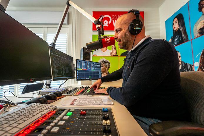 Daniël Smulders aan het werk in zijn eigen studio thuis in Heeze.