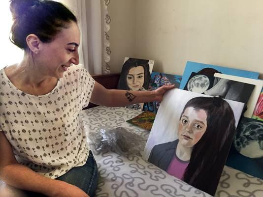 Moeder Armina in Armenië met een schilderij dat ze van Lili heeft gemaakt .