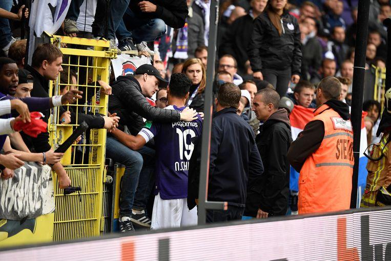 Chadli in dialoog met de fans.