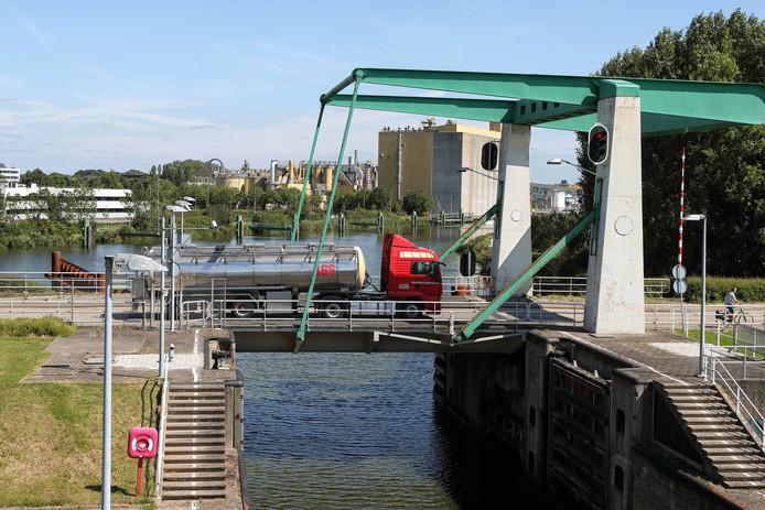 De brug van de Burgemeester Peterssluis in Bergen op Zoom verkeert in 'matige staat'. De beweegbare brug gaat de gemeente de komende jaren veel geld kosten: 2,5 miljoen euro.