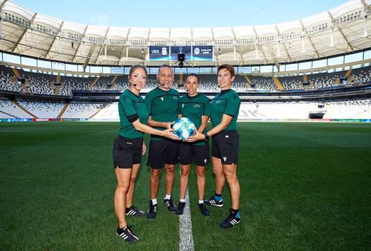 Het arbitrale kwartet, morgen in Besiktas. Vlnr: Manuela Nicolosi, vierde official Cuneyt Cakir, Stéphanie Frappart en Michelle O'Neill.
