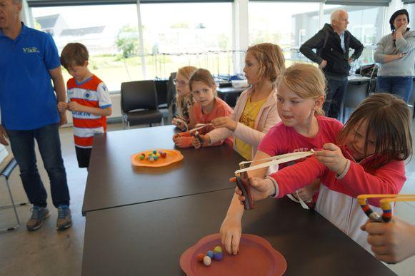 De kinderen van de eerste graad van gemeenteschool Okido uit Staden testen hun kunnen met de katapult.