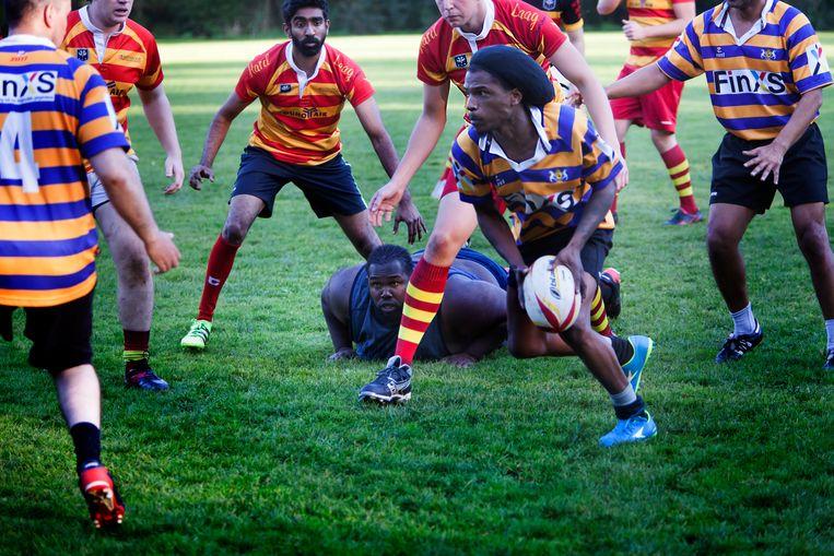 De Harde Leerschool is een project van rugbycoach Yves Kummer, die kansarme jongeren via rugby naar werk probeert te krijgen. Woensdag speelt het gelegenheidsteam van de jongeren op de universiteit Nyenrode in Breukelen tegen de studenten. Beeld Maarten Hartman