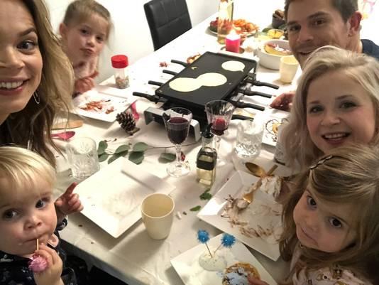 Bij elke aflevering hoor een selfie: links Jet tussen Feline en Lana. Rechts Yannick en Kelly met dochter Aimy.