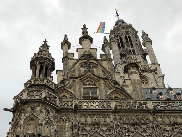 Stucwerk van het stadhuis van Middelburg is kapot en stukken van ornamenten zijn afgebroken.