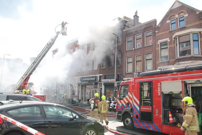 Bij de brand zaterdagmiddag op de Hilledijk kwam veel rook vrij.