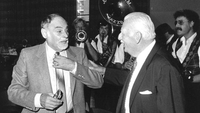 Ex-KNIL kapitein Raymond Westerling met een van z'n oude makkers in 1983.