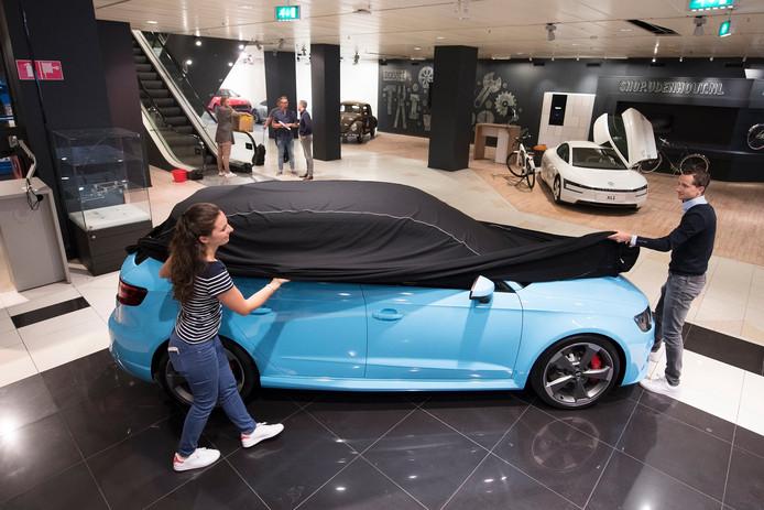 In V&D staan de auto's Van Udenhout tentoongesteld.