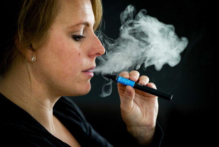 Van de Nederlandse rokers van e-sigaretten geeft ongeveer driekwart aan dat het sigaretten met nicotine gebruikt. Beeld ANP