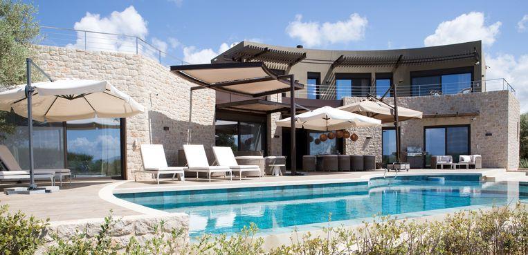 Door de vorm van de halve waan heb je op het grote terras een geborgen gevoel. Het is meer dan groot genoeg voor een lounge-, eet- en zonnehoek.