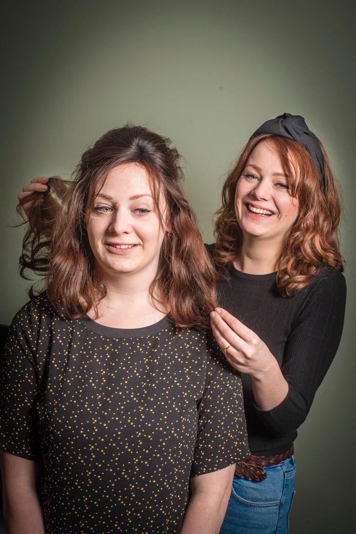 De tweelingzusjes Manon (links) en Danique van der Leest hebben een erfelijke haarziekte. Danique is kapster en maakte ook het haarwerk dat Manon draagt.