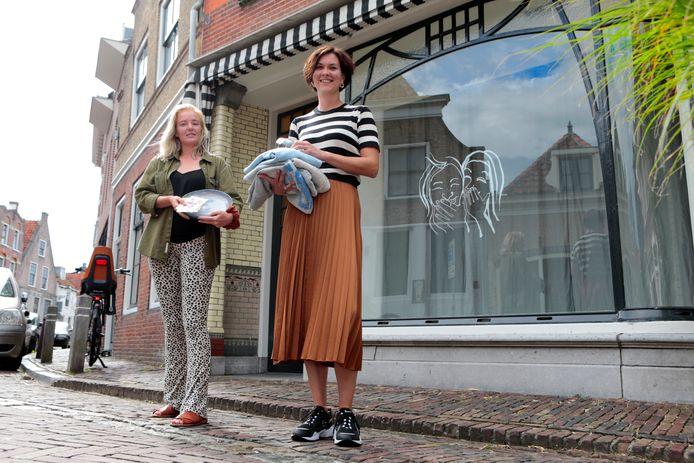 Bianca Streng en Roos Verkerk voor het pand aan de Wijdstraat in Oudewater waarin ze een pop-upshop openen.