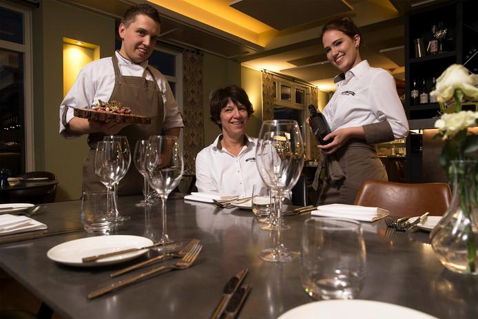 """Jeroen Berendsen (chefkok), Marita Reijmer (eigenaar) en Sabine Peters in Thoen & Thans. ,,Je krijgt hier de tijd om beter te worden."""""""