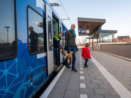Het had wat voeten in de (slappe) aarde, maar de trein stopt nu echt op station Zwolle Stadshagen