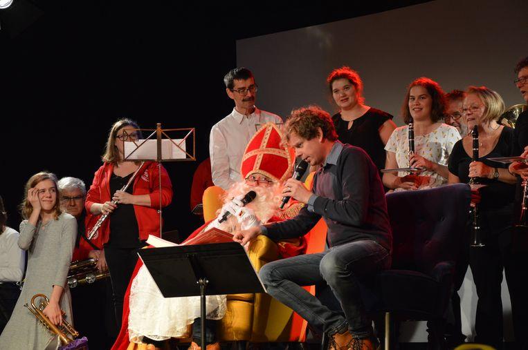 Na zijn aankomst mocht Sinterklaas plaats nemen in zaal Den Breughel.