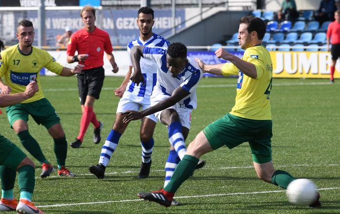 Frank Wiafe neemt het doel onder vuur in de wedstrijd tegen Groene Ster (0-0) van vorige week.