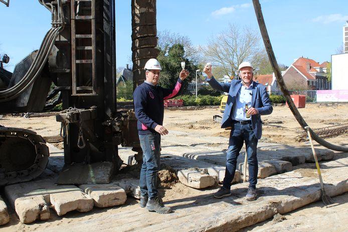 Bart van den Berg (l) en Ben Geerdink (r) heffen het glas op de eerste paal van de Velpercampus in Arnhem.