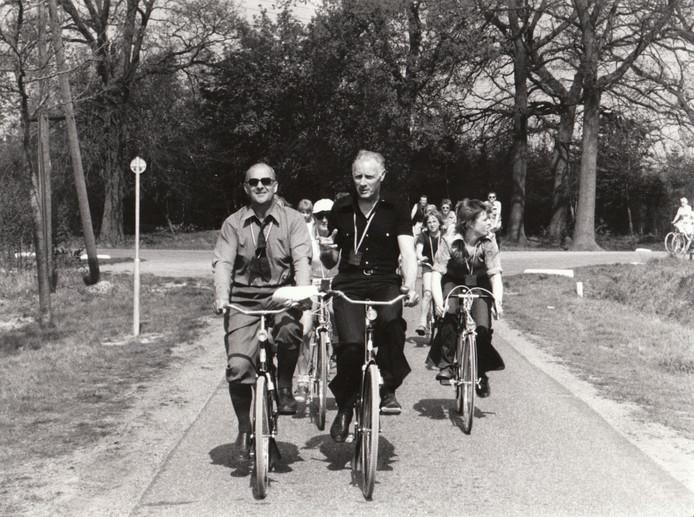 Zuidoost-Brabant schijnt relatief méér kilometers fietspad te hebben dan fietsprovincie Drenthe. Die rijkdom werd opgebouwd vanaf de eerste helft van de jaren '70, toen tal van doorgaande wegen om veiligheidsredenen van fietspaden werden voorzien. Asten en Deurne hadden de recreatieve mogelijkheden daarvan al snel in de peiling. Op de foto openen de burgemeesters Hoebens (l) en Rutten de toeristische Aa-route van hun beider gemeenten.