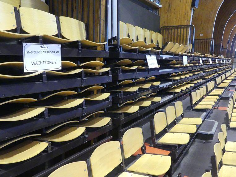 De tribunes in de sportzaal fungeren als wachtruimte.