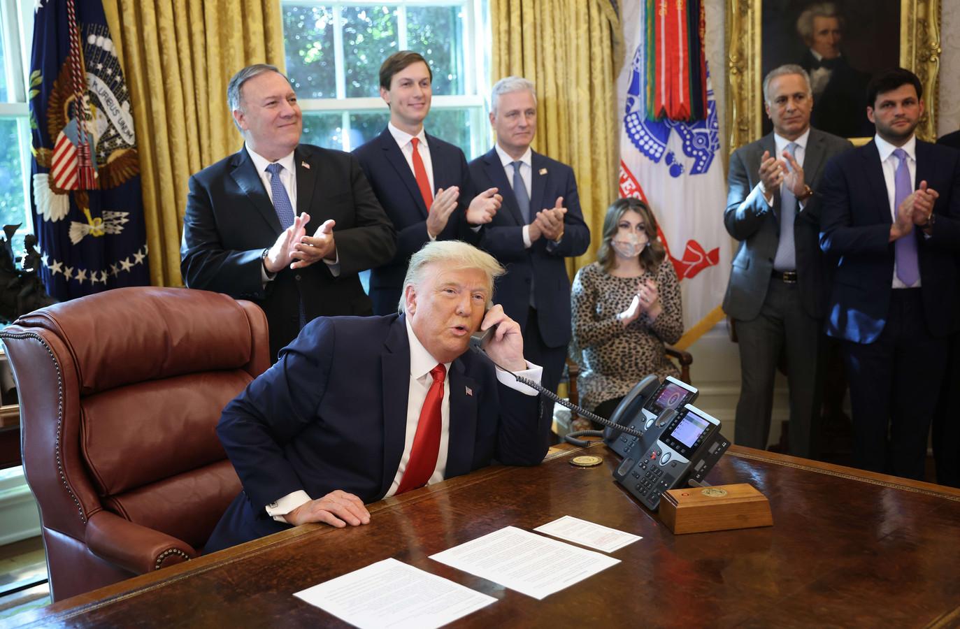 Journalisten mochten het Oval Office van Trump binnengaan tijdens het historische telefoongesprek.