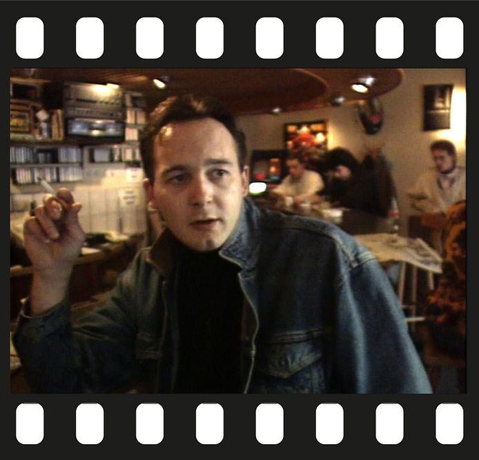 Een fragment uit de documentaire 'Cannabis', waarin een jonge Johan van Laarhoven, in een uitzending van actualiteitenrubriek Achter het Nieuws uit 1990, vertelt dat hij geen last heeft van de politie.   (filmstrip is van Getty Images)