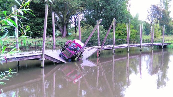 In september zakte een 1.600 kilo wegende maaimachine door de brug in het Zaartpark. Binnenkort wordt de brug hersteld. foto Martijn Schraven