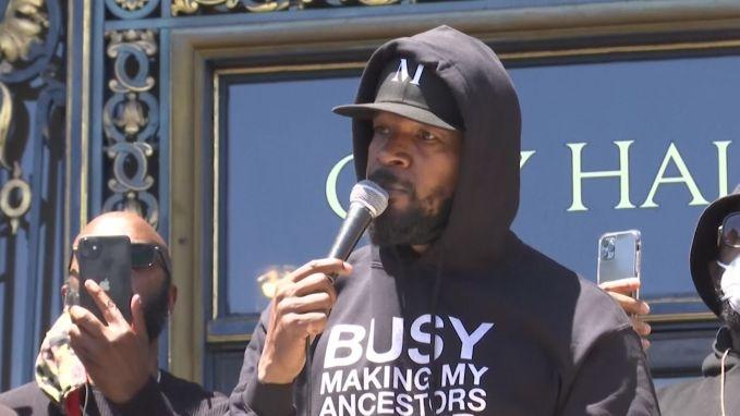 """Acteur Jamie Foxx steunt protesten in San Francisco: """"Ik probeer mijn dochter en neefjes te zeggen wat ze moeten doen als ze een politieagent zien, maar ik weet niet meer wat te zeggen"""""""
