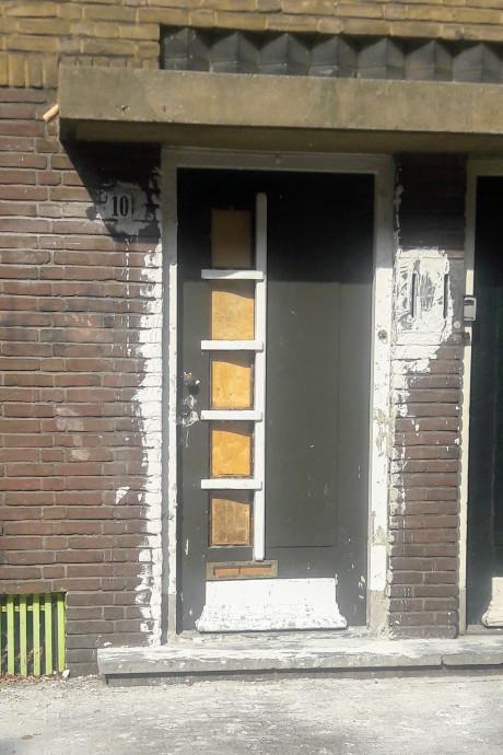 Buren metselen deur van Wagenings studentenhuis dicht