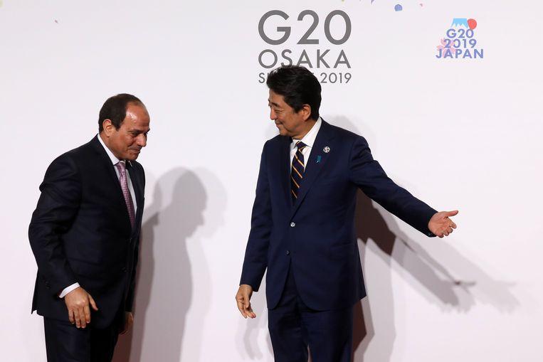 Gastheer Shinzo Abe (rechts) heet zijn gasten welkom, hier Al-Sisi uit Egypte.  Beeld AFP