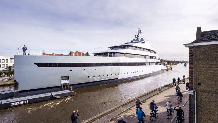 Een megajacht is onderweg van Aalsmeer, waar het gebouwd is, naar de haven van Rotterdam waar het na een test op de Noordzee aan de eigenaar zal worden overgedragen. Beeld ANP