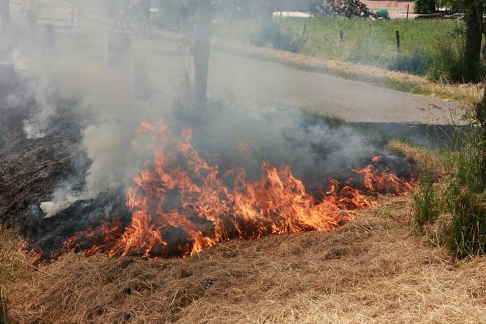 Een bermbrand in Wadenoijen.