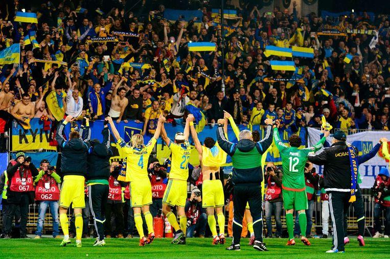 De spelers van Oekraïne vieren feest na het behalen van het EK Beeld anp
