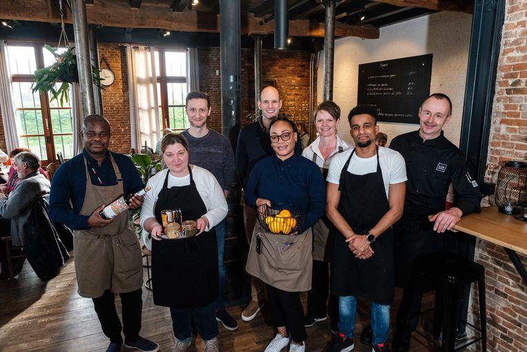 De ploeg van eetcafé 't Steencaycken, met achteraan in het midden Jan Vermeulen.