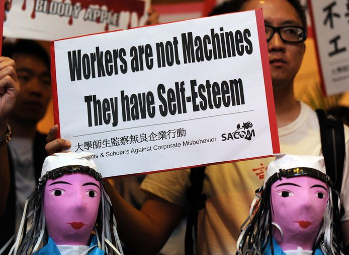 De nombreuses manifestations ont par le passé dénoncé les conditions de travail qui règnent à Foxconn et qui ont déjà mené plusieurs travailleurs au suicide.