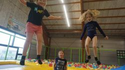 """Schoolstaking? 30 kinderen springen gat in de lucht in trampolinepark Jumplay: """"Dit is véél leuker dan tv kijken"""""""