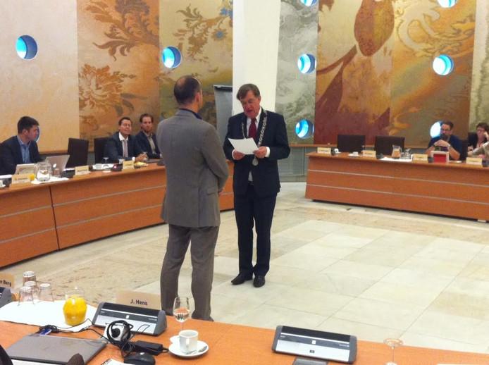 Burgemeester Henk Hellegers beëdigt het nieuwe raadslid Jeroen Willems