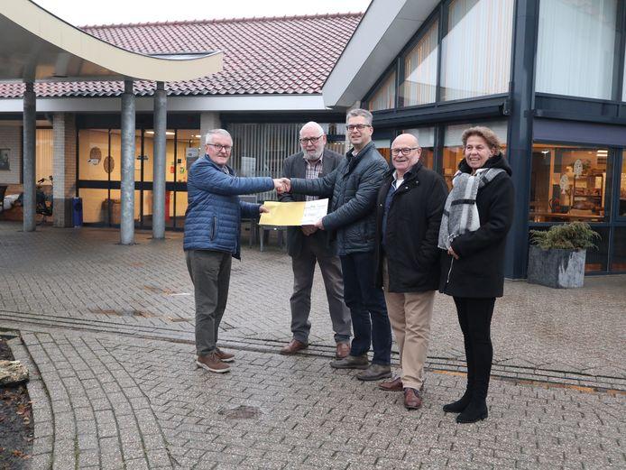 Een delegatie van EHBO Rijssen overhandigt de cheque van 750 euro aan een vertegenwoordiger van Vrienden van Eltheto en de Schutse.