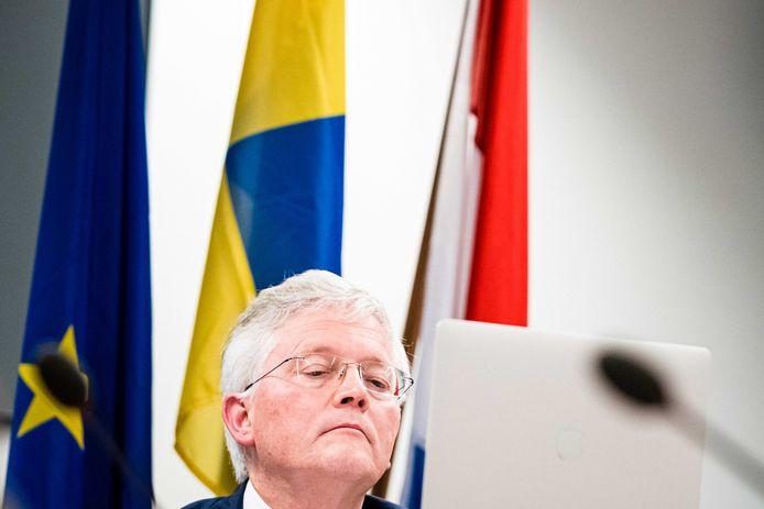 Burgemeester Theo Weterings neemt deel aan een digitale vergadering van de gemeenteraad van Tilburg. Er wordt onder meer gesproken over de vergunning die Weterings gaf voor het feest van Willem II-supporters.