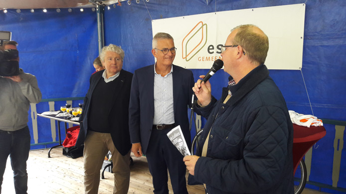 Burgemeester Gaston Van Tichelt van Essen aan het woord. Wethouder René van Ginderen en sportorganisator Geert Stevens luisteren.