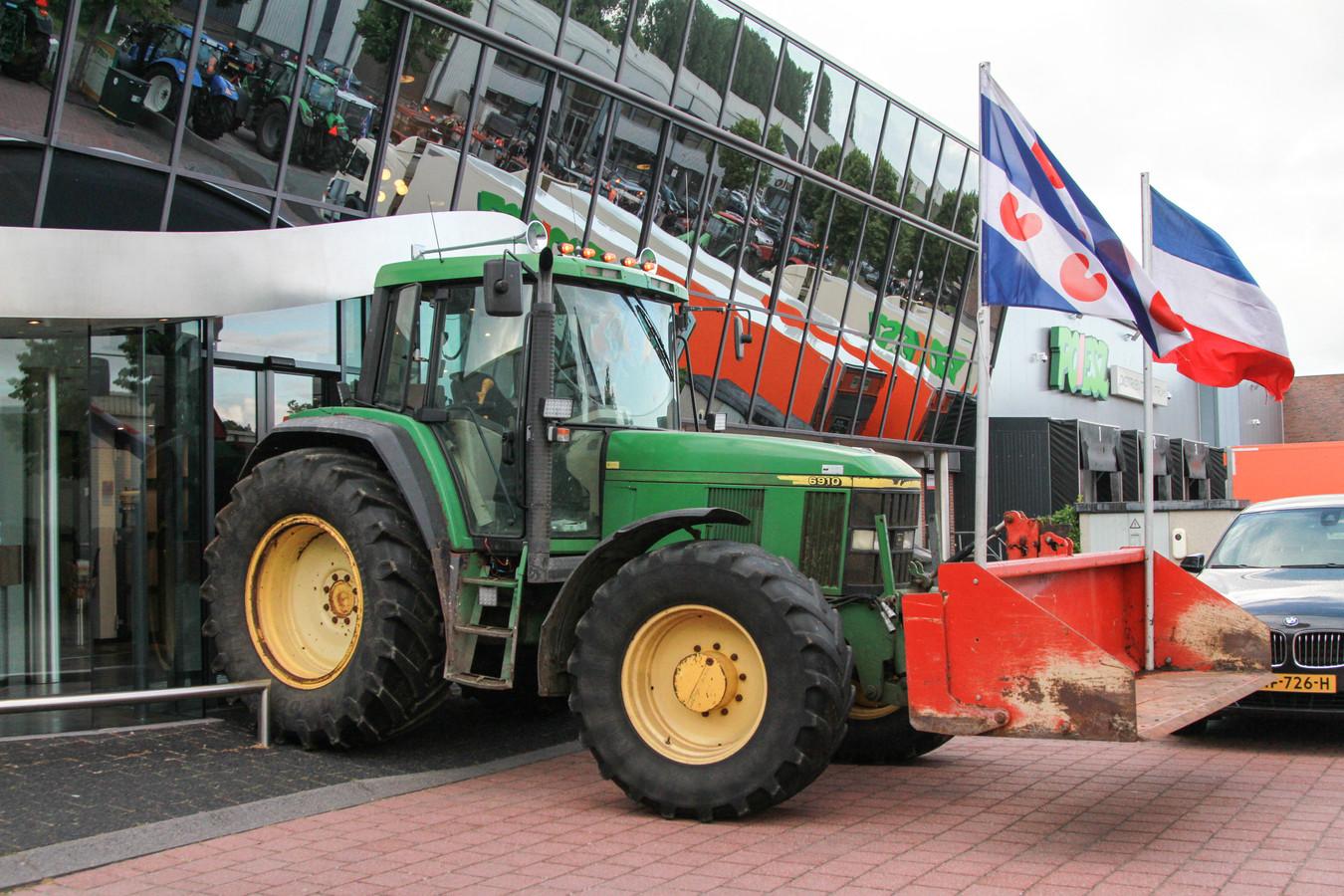Zo'n twintig trekkers blokkeerden gisteren het distributiecentrum van Poiesz Supermarkten in Sneek.