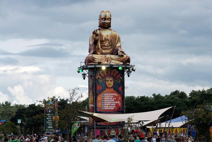 Een boeddha-beeld torent hoog uit boven de Theaterweide.