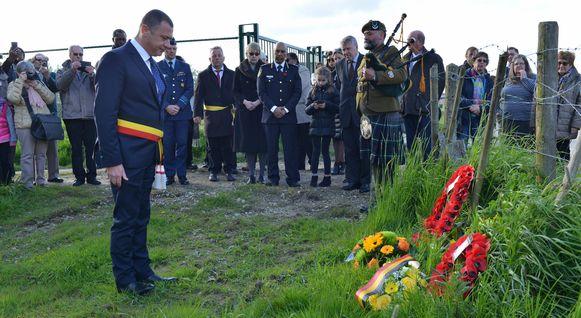 Burgemeester Reekmans bij een herdenking.