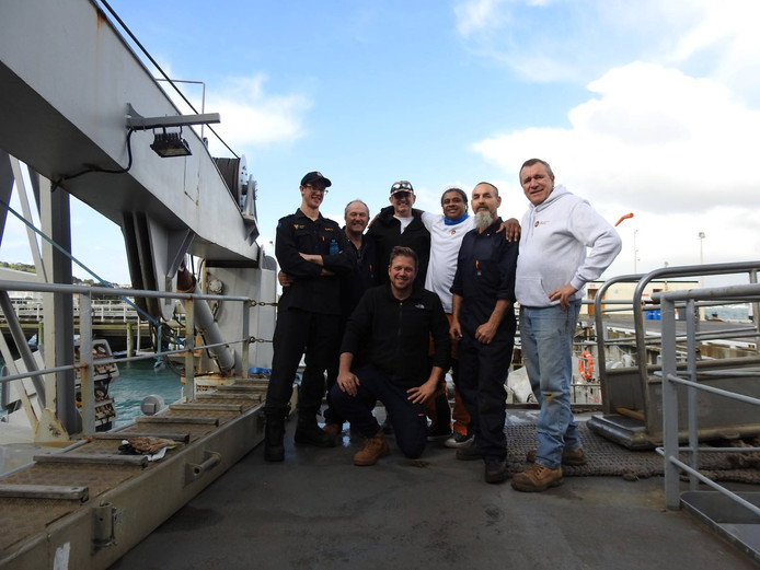 De nieuwe bemanning van de Manawanui, met in de witte trui Paul Adams zelf.