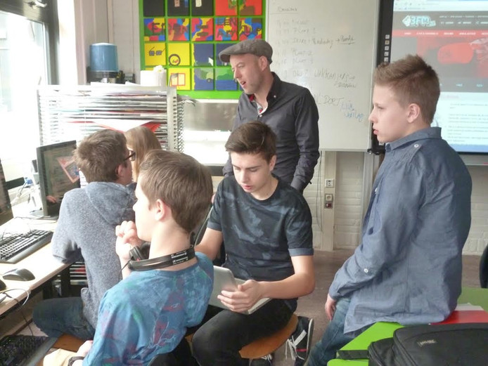 Op de foto onder meer Bart Jan Cune (met pet) die in een redactielokaal met zijn crew de uitzending voorbereidt