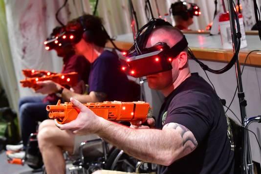 Gamers voorzien van een virtual reality-bril knallen erop los in Dubai Mall