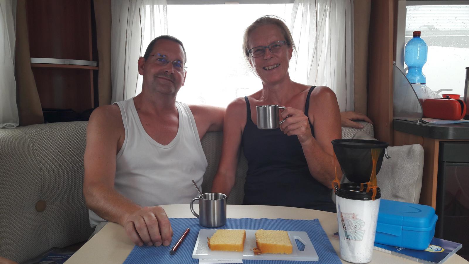 Gert en Els van Faassen in hun caravan.