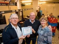 Cheque van Eaton voor Voedselbank Midden Twente